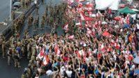 لبنان.. الجيش يتولى فتح الطرق ويدعو الحراكيين لإخلائها
